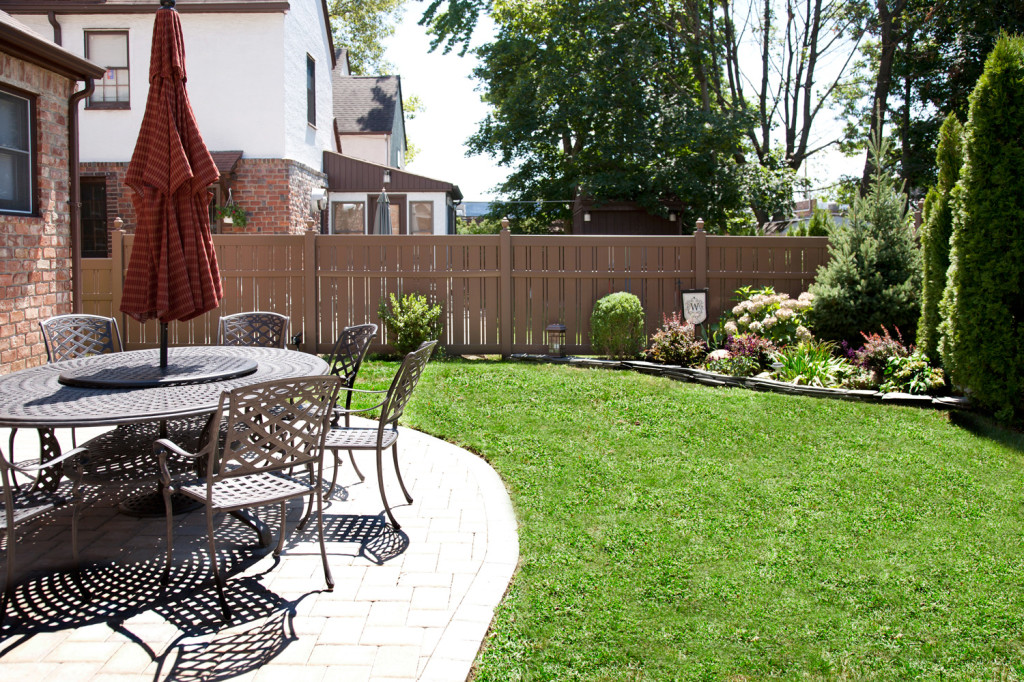 """V500A-6 Semi-Privacy Fence with Alternating 1-1/2"""" and 6"""" Wide Boards. Shown in Illusions Vinyl Fence's Grand Illusions Color Spectrum Landscape Series Brownstone (E112)"""