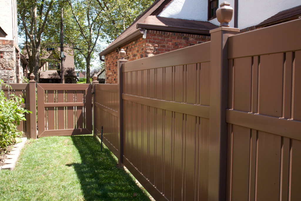 "V500A-6 Semi-Privacy Fence with Alternating 1-1/2"" and 6"" Wide Boards. Shown in Illusions Vinyl Fence's Grand Illusions Color Spectrum Landscape Series Brownstone (E112)"