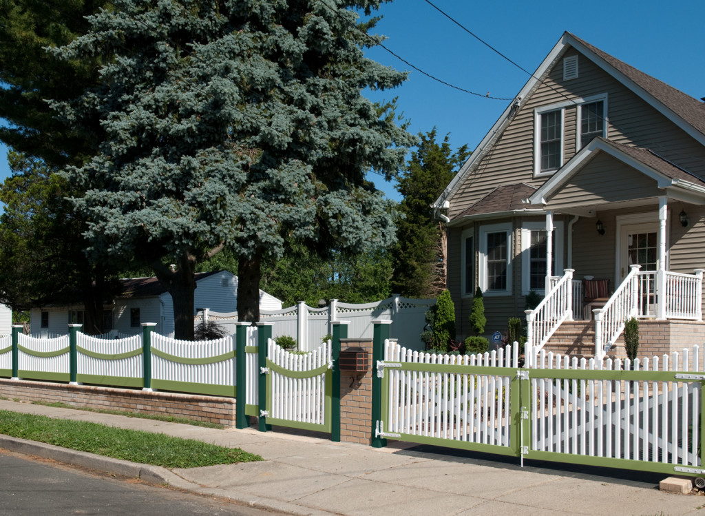 green and white vinyl pvc picket fence illusions