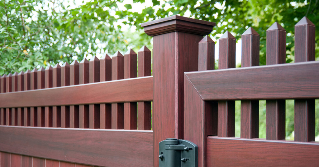 mahogany-wood-grain-pvc-vinyl-privacy-fence-illusions-1